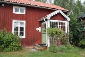 Inne i det här huset ligger butiken för mejeriets varor.