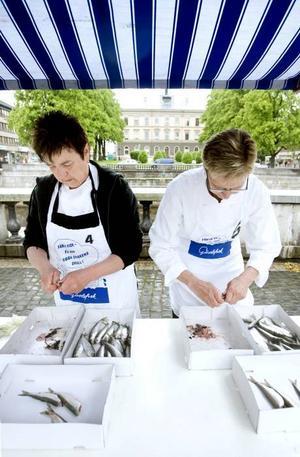 TÄVLADE. Anna Axner och Gun Brännström var med och tävlade i strömmingsrensning på Strömingens dag.