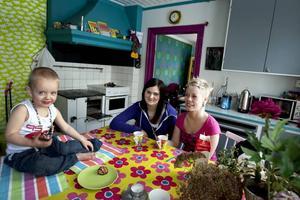 HÄR ÄR VI! Noa, mamma Maja Eklund och vännen Ida Lundgren visar upp sig själva och sitt färgglada kollektivhus.