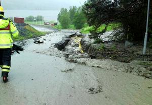 Räddningstjänsten har haft tolv grävmaskiner igång samt lastbilar med bergmassa för fyllning i samband med översvämningar vid Lundsbäcken och Mörviksån. Det har regnat 131 millimeter mellan torsdag och fredag kväll