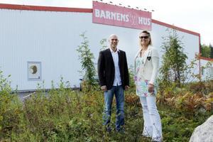 Hit kommer Barnens Hus utbyggnad att sträcka sig. Thomas Westerdahl, Barnens Hus, och Kerstin Ekelund, E-Center Fastigheter AB har stegat upp 15 meter. Bakom huset ska byggas en ny väg för godstransporter.