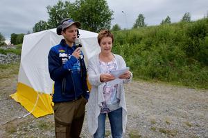 Speakern Andreas Björns och Maria Wallin-Larsson meddelar vinnarna i ankracet.