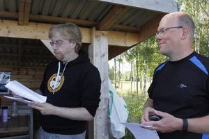 Peter Löfgren från Gävle tar emot dagens koordinater som arrangören Michael Olofsson delar ut.
