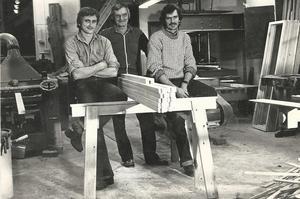Martin Eng (mitten) startade Engs snickeri för 40 år sedan, här flankerad av sönerna Kerry (vänster) och Rolf. Foto: Privat