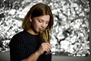 Systembolaget erbjuder numera en mängd olika alkoholfria varianter på nyårschampagnen. Vi lät prisbelönta sommelieren Sofia Castensson testa sex av dem.   Pontus Lundahl/TT