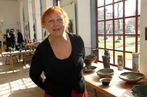 DELTAR. . Ula Srigley, Söderfors, visar keramikföremål i Orangeriet, Lövstabruk.