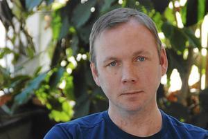 Lars Andersson som lugnt och tryggt berättar om sin tillvaro, som innehållit många episoder. Från att vara en hjälpande hand, från att själv som tonåring var i behov av hjälp.