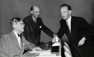 Tillsammans med gamla vänner: Dag Hammarskjöld hälsar på utrikesminister Östn Undén och förra statsrådet Rikard Sandler på besök i FN:s generalförsamling.
