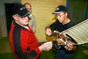 John-Olof Johansson och Erland Nelson reparerar vingen på oldtimern Bleirot.