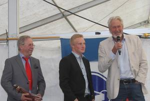 Mångårige tv-profilen Christer Ulfbåge (höger) var konferencier. Till vänster nye ordföranden i Åsarna, Ingvar Borg.