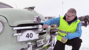 Per-Erik Linde, en av arrangörerna av jämtländska Tjälasvängen, putsade upp bilarna in i det sista före starten.