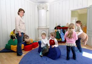 Öjevillan i Edsbyn där förskoleavdelningen Fiolen etablerar sig byggdes för exakt 100 år sedan. Bland annat finns väldigt fina kakelugnar i huset. Föreståndaren Åsa Arvidsson Kuhles tillsammans med några av barnen i ett av rummen.