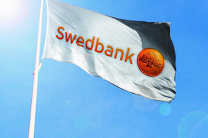 Swedbanks flagga försvinner från Funäsdalen men både bankomat och servicebox finns kvar, det är inte banken som ansvarar för de bitarna.