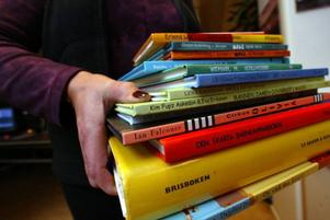 Sedan 1907 har man kunnat låna böcker på biblioteket i Kluk. Nu vill Krokoms kommunpolitiker lägga ned det för att spara pengar.Foto: Jan Luthman