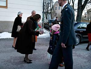 18.10 Henny Backlund, 6 år, gav drottning Sylvia en försenad julklapp, en ljuslykta. När Henny förstod att tomten inte finns blev hon orolig att drottningen inte skulle få några julklappar. Därför hade hon tänkt åka till Slottet i julas men den resan blev inte av. Nu fick drottningen sin gåva.