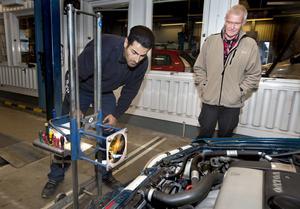 Shahroz Vatankhah berömmer Göran Höglunds 90-talsvolvo. Så gamla bilar brukar inte ha så distinkt ljus. Å andra sidan är de lättare att byta strålkastare på.