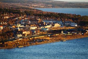 I vänstra änden av den här bilden kommer första etappen av Storsjö strand att byggas och nya byggherrar är på gång.