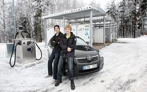 Christoffer och Adam Svensson är först ut så här långt norrut med den nya gör-det-själv-tvätten  på Ingarvet. -- Allt har fungerat bra så här långt, säger de. FOTO: BONS NISSE ANDERSSON