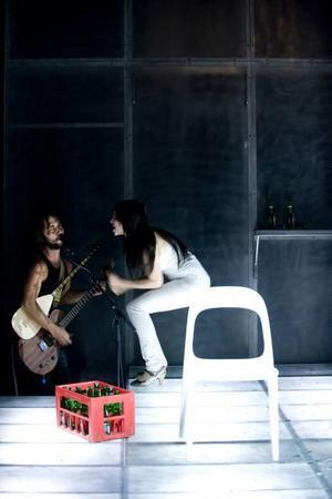 Mot väggen. Hakan Vreskala och Elmira Arikan i en dramatisering av Fatih Akins prisbelönade film. Foto: Ola Kjelbye