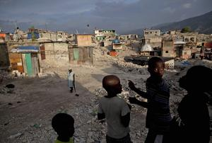 Barn i ett område i Port-au-Prince, Haiti, som drabbades av jordbävningskatastrofen på Haiti i januari 2010. Foto: Ramon Espinosa/Scanpix