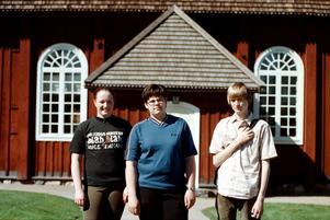 Konfirmander i Amsbergs kapell 1998. Från vänster Josefin Rutkvist, Frida Lindholm och Kristian Gidlund.