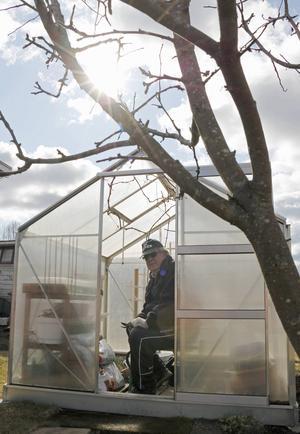 Erik Gabrielsson njuter av att få hålla i gång och pyssla med både stugan och odlingarna.