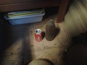 Richard Särnholm fann en granat från 1893 i en ladugård på sin gård. På bilden syns granaten, där han placerat en colaburk för att visa storleken på granat.