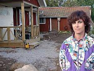 Foto: Magnus Lundquist Nöjd. Det smittar av sig bland kompisarna att bygga eget hus, säger Marie Arléus. Det är säkert en förklaring till att det byggs så mycket i Sandviken just nu. En annan är det låga ränteläget. Och naturligtvis anställningstrygghet. - Vi skulle nog inte ha vågat om någon av oss riskerade att bli arbetslös, säger Marie Arléus som snart flyttar in i sitt nya hus i Sätra.
