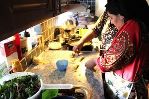 Saida och Aicha gör här degknyten. Att inte få provsmaka maten när magen hungrar är jobbigt men de är vana. Kvällens festmåltid tog tre timmar att laga.