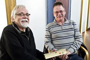 """TIPS. Författaren Bernt-Olov Andersson gav boktips till studieorganisatören Olle Johansson. """"En sådan här dag är fantastisk för att inse vikten av att läsa både för sig själv och andra"""", säger Olle.Foto: Håkan Selén"""