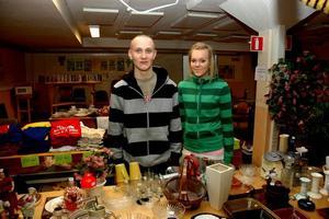 LOPPIS. Thomas Herou och Martina Larsson är två av de elever som samlar in pengar till en egen biograf på Perslundaskolan genom att ha loppis varje helg.Foto: Josefin Nygren