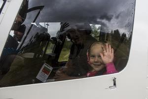 Fyraåriga Stina Kråik tillsammans med pappa David Kråik vinkar hej-då till mamma innan de lyfter.