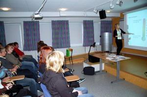 Amanda Kärlin från Unga aktiesparare pratar om aktier och fonder med tvåorna och treorna i Härjedalens gymnasium. Foto: Carin Selldén