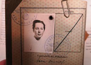 Sara Deuschls nazistiska pass finns i dag förvarat hos Riksarkivet i Stockholm.
