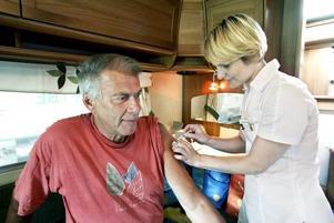 Gunnar Jernberg får en spruta av doktor Kristina Kask som gett vaccin i tre års tid.