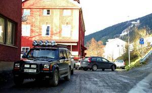 Ett problem är att få personal att parkera på den anvisade parkeringen som ligger på en platå ovanför Årekompaniet. Även Diös VD föredrar att parkera i gatuplanet, på bilden är han på väg att backa ut för att lämna området.Foto: Elisabet Rydell-Janson