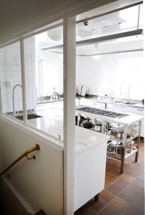 Köket var byggt som ett professionellt storkök med köksö.