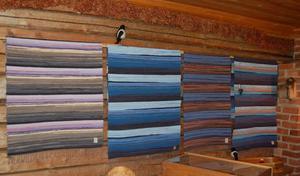 Mattor på vägg. Gunnel Hagemar har gjort dessa trasmattor. Varje matta har sitt eget färgmönster. Foto:Linnea Kallberg