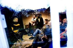 """Stämningsfullt. Lovisa Samuelsson sjöng visor när """"En dag för Joe Hill""""  hölls på Joe Hillgården i Gävle."""