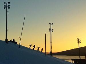 En del landslagsåkare på väg upp till Årebacken vid förra veckans träningsläger.