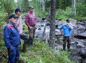 Fiskevårdsområdesföreningens Jut-Erik Jernberg, Johan Skoog och Peter Hermansson, från vänster, beskådar resultatet tillsammans med Anders Bruks.