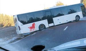 Bussen blockerade båda körfälten. Foto: Tomas Jansson