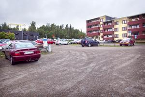 På den här parkeringen kan studentbostäder komma att byggas.