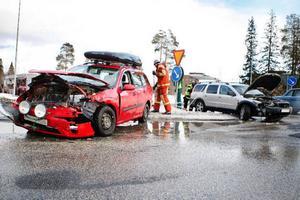 Frösön.Två personbilar krockade i den ökända korsningen Vallaleden–Fröjavägen strax före halv fem i går eftermiddag. Samtliga personer som var inblandade hade tagit sig ur bilarna när räddningstjänsten kom till platsen.