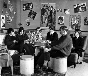 Ny elevlokal. Vårvintern 1965 gjorde eleverna på Jakobsbergsskolan i ordning ett trivsamt rum åt sig i skolans källare. Där spelade de pingis, läste läxor och snackade om väsentligheter som Beatles och Rolling Stones. Från vänster Göran