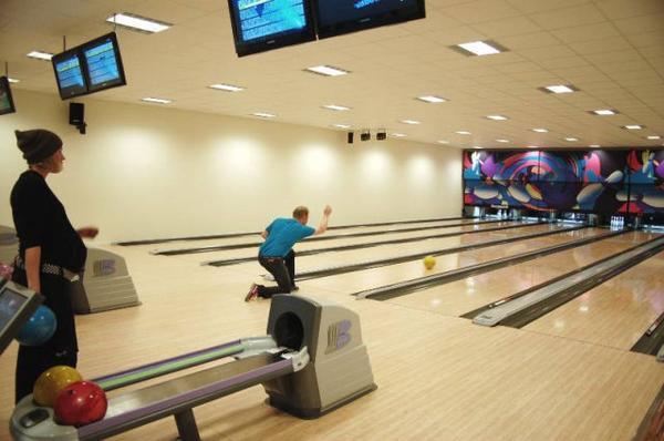I aktivitetshuset finns sex bowlingbanor och vissa kvällar är det diskobowling. Här är det Johan Helmersson från Sveg som skickar i väg klotet. Foto: Carin Selldén