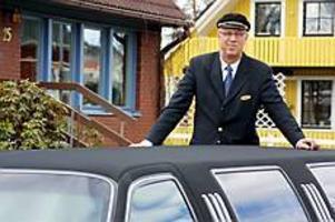 Foto: OLLE HILDINGSON Gillar sitt val. Lennart Hedström sadlade om från måleribranschen till limousineservice. De fem år som passerat sedan dess är de roligaste i hans liv. När han nu reser iväg med familjen för att fira sin 60-årsdag får dock limousinerna stå hemma i villagaraget i Valbo.