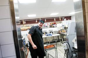 Björn Celind lagar redan mat i butiken i Vågbro. Med några få förändringar är han redo att ta över leveranserna av mat till de 27 hushållen.