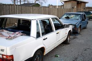 Rutorna är sönderslagna, inredningen delvis urriven, och bilarna förfular den välskötta idrottsföreningens område.