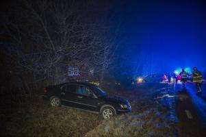 Blixthalka och sommardäck bakom singelolyckan i By.Bild: Niklas Hagman.